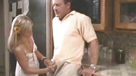 MAMA Bitch, während sie sex frauen gratis den Kofferraum mit ihren Händen stützt.